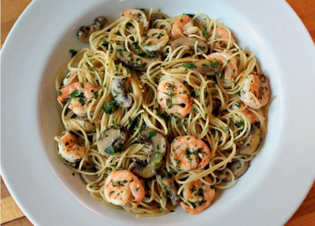 Espaguetine trifolati: com camarão e cogumelo
