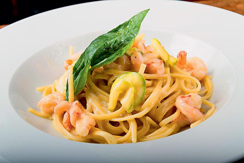 Espaguete com camarão, lula e abobrinha: a opção de prato principal