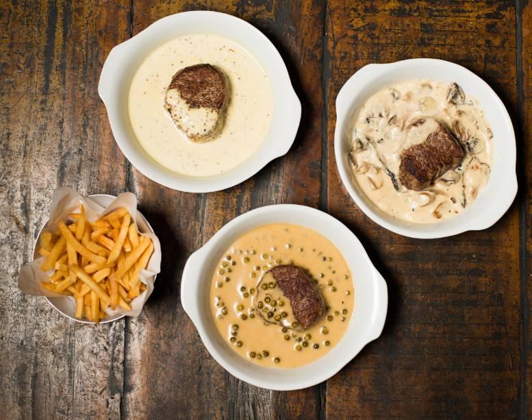 Steaks com fritas: aos molhos de mostarda, cogumelo-de-paris ou pimenta-verde, todos com creme de leite