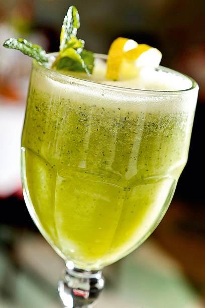 Detox: suco verde de água de coco, limão-siciliano, hortelã e abacaxi