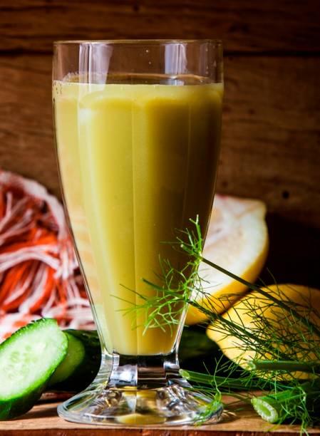 Suco verde de pepino, erva-doce, maçã, menta, limão-siciliano e gengibre