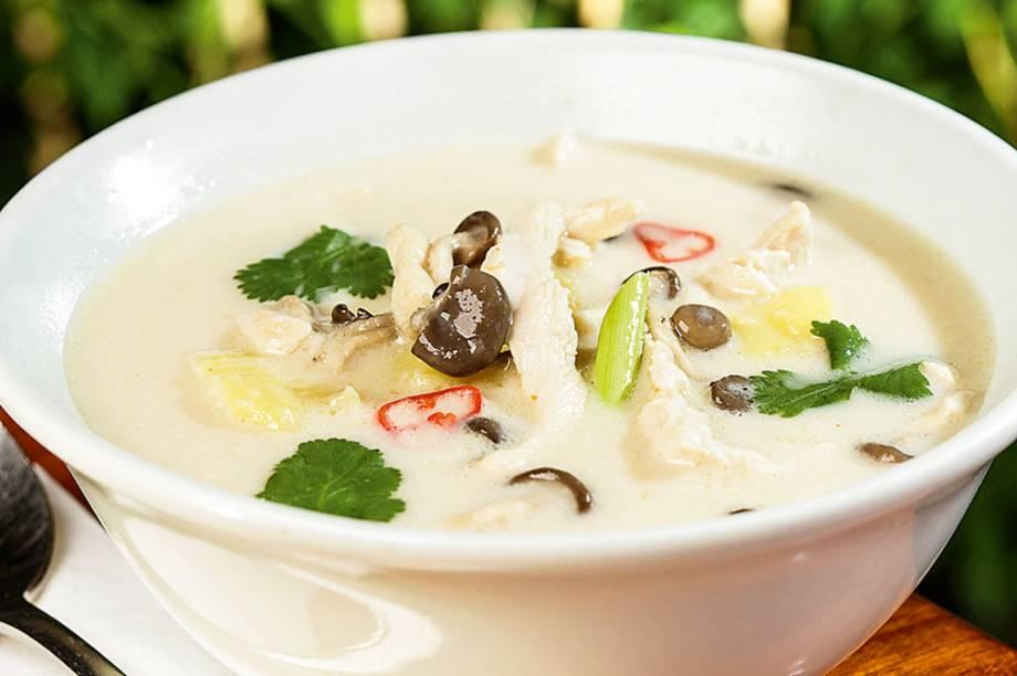 Sukhothai: caldo de frango e cogumelo shimeji temperado com leite de coco, capim‑santo e pimenta
