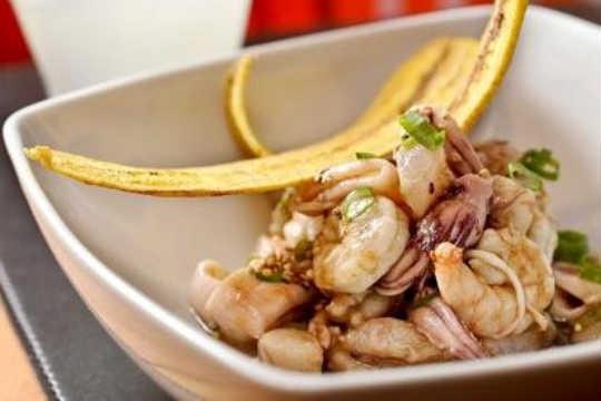 Ceviche Chifa, do Suri, leva camarão, lula e corvina com um molho de tamarindo e tempurá de batata doce
