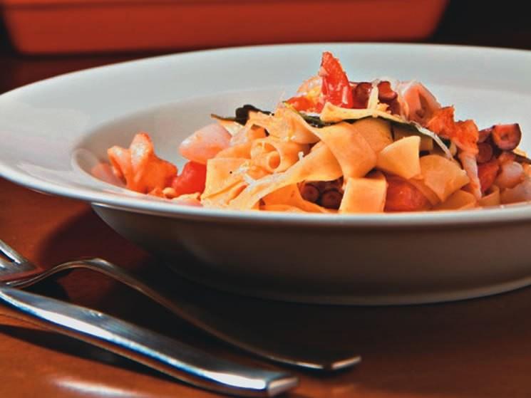 Talharim com frutos do mar: um dos pratos do menu executivo do Suri Ceviche Bar
