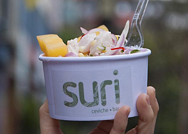Suri: ceviche de peixe branco servido na calçada