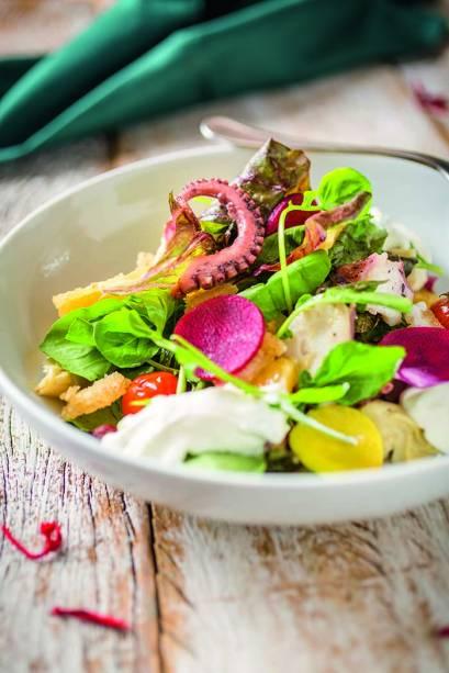 Salada de polvo com tomate, laranja, alcachofra, coalhada ou queijo de cabra e crocante de mochi