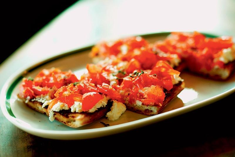 Tostada de queijo branco, tomate e tomilho ao forno: pedida certeira do bar restaurante Taberna 474