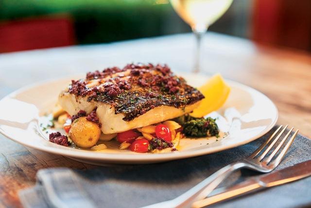 Bacalhau com aspargo, batata, tomate e palmito