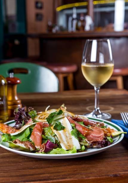 Pedida com jamón ibérico: salada com figo fresco, um pouquinho de queijo feta e fatias finas da especialidade da Espanha