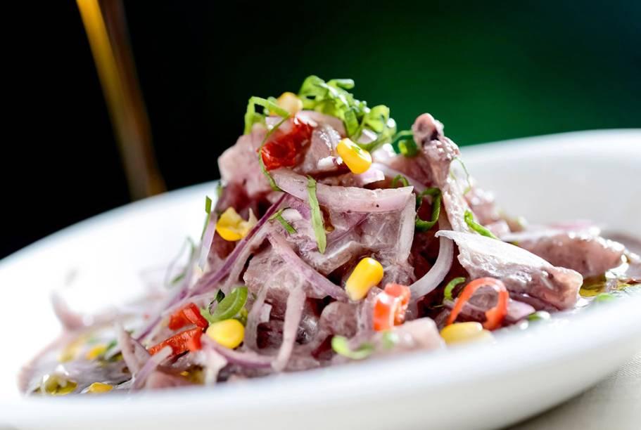 Festival de Ceviches: peixe branco e polvo marinados em leite de tigre negro, azeitona peruana e azeite extra virgem