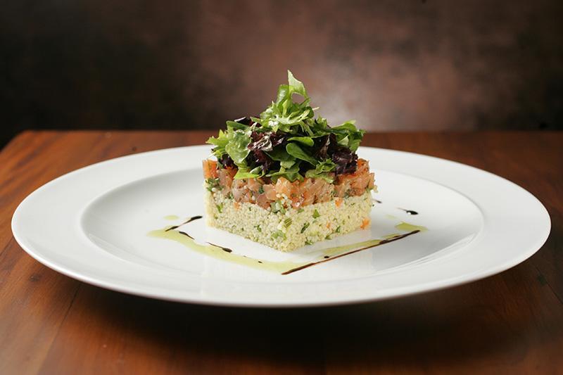 Tartare de salmão com cuscuz marroquino: leveza notável