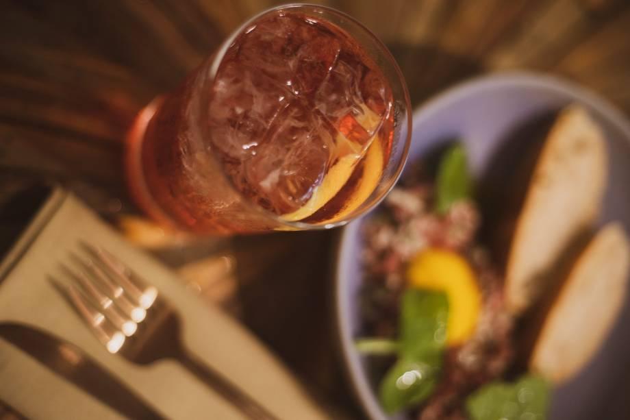 O negroni incrementado com vinho jerez e tônica: acompanha beliscos mais reforçado