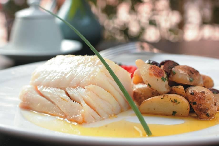 Tasca do Zé e da Maria: bacalhau confitado com batata, alcaparra, azeitona preta, minicebola e tomate