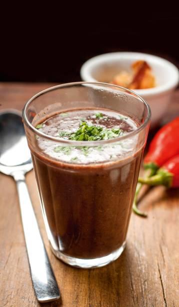 Caldo de feijão-preto: saboroso e espesso, vem ao lado de paçoca de carne-seca e bacon