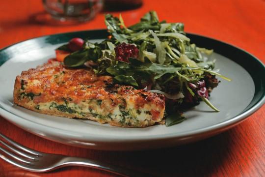 Quiche de legumes guarnecida de salada verde