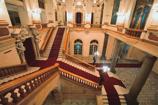 Hall e escadarias: 1.000 metros quadrados de carpetes novos