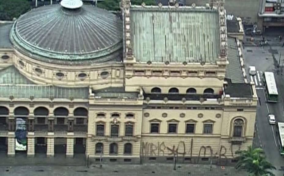 Lateral do Teatro Municipal: prédico histórico foi pichado durante os protestos de outubro de 2013
