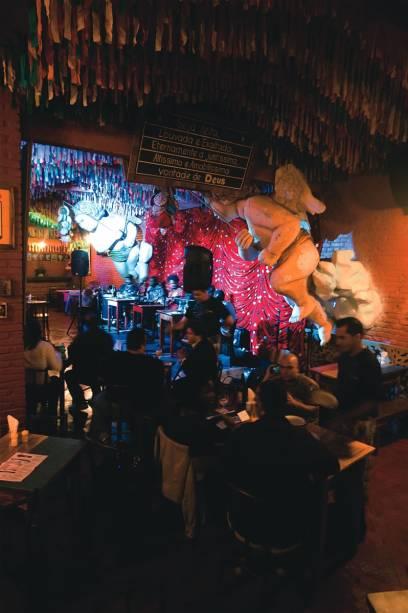 O salão com o teto repleto de fitinhas: imagens de anjos completam a decoração