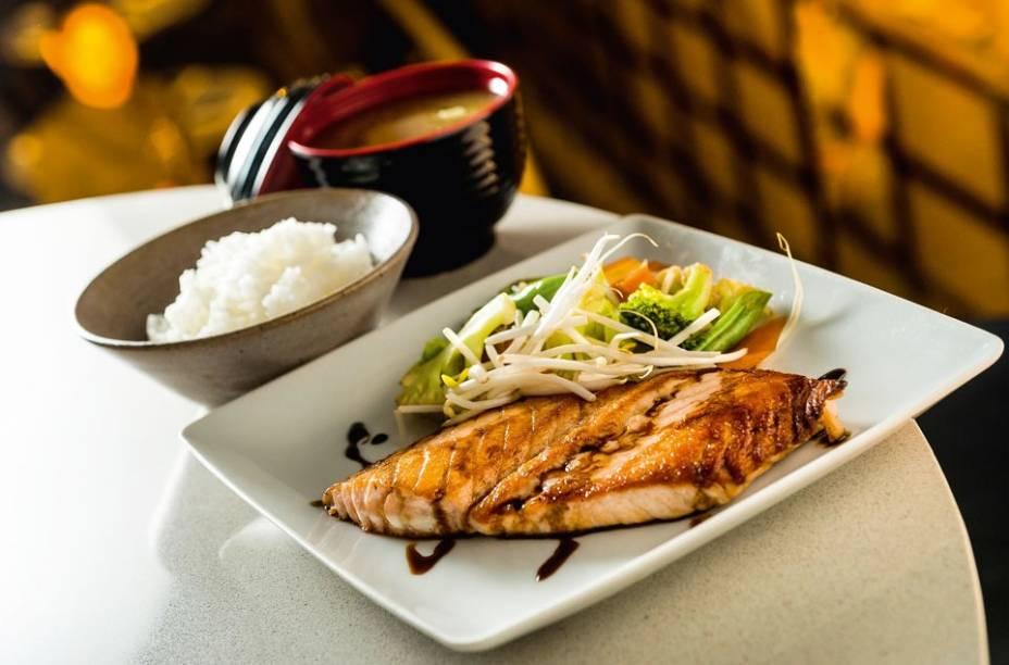 O teppan-yaki é uma das opções de almoço do restaurante