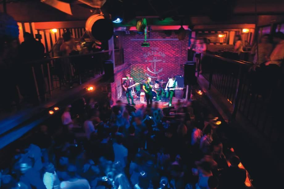 O palco com os músicos em ação: shows de pop e rock