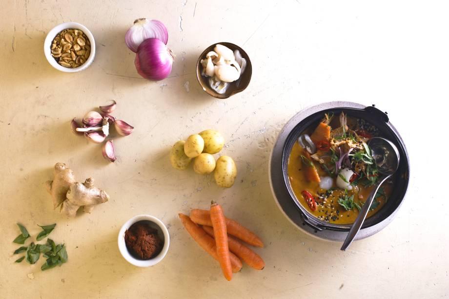 Curry vermellho de pato com legumes servidos na companhia de arroz