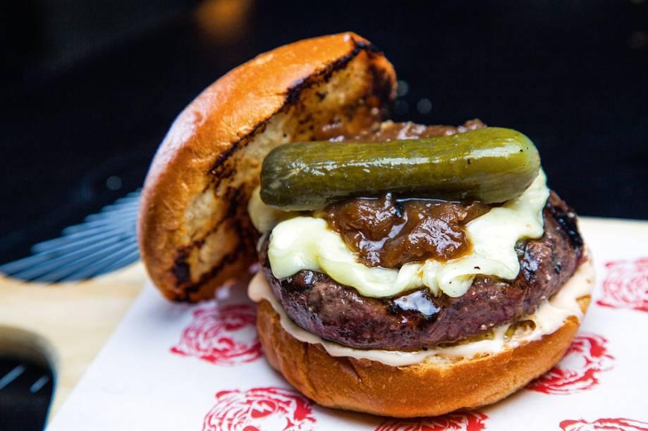 O tiger burger, com cebola defumada, maionese e picles