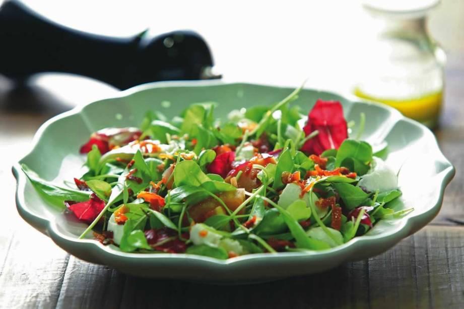 Salada capreseta: salpicada de mussarela de búfala e chips de presunto cru