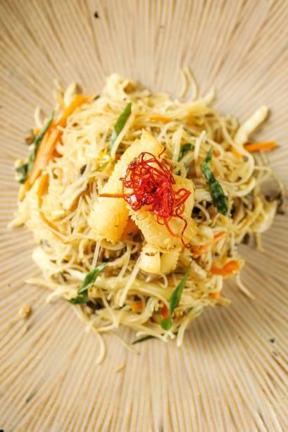 Macarrão de arroz com vegetais e lula