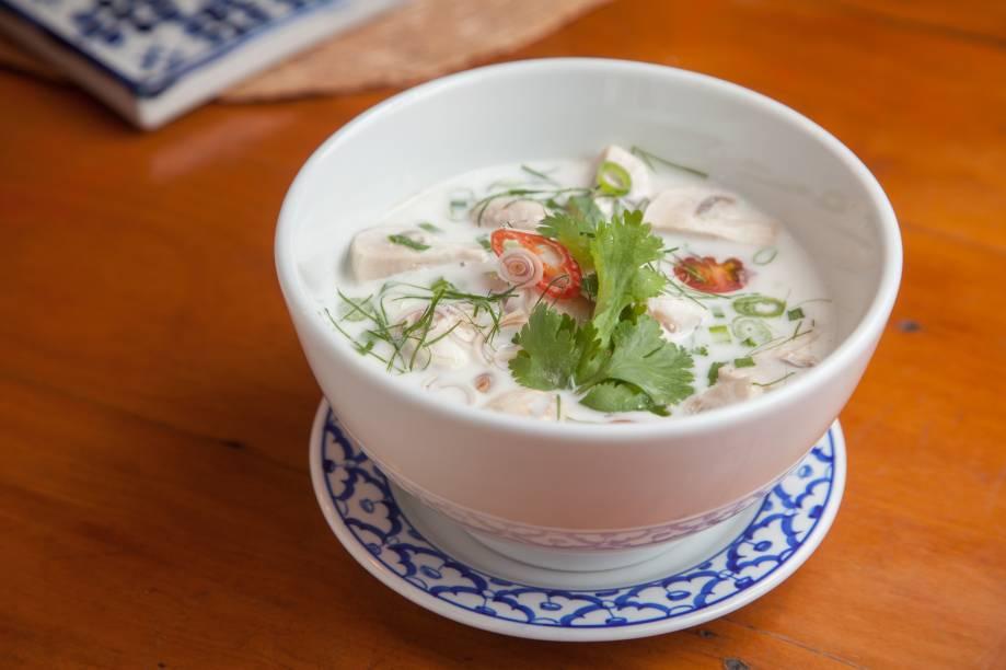 Tom kha gai é uma sopa de frango no leite de coco e folhas de limão kaffir