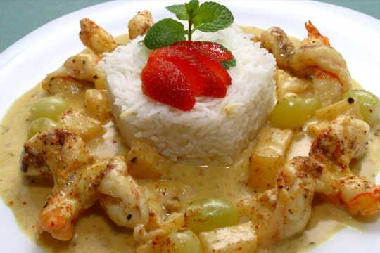 Camarão a Tahiti, servido com arroz de coco, do Tomates & Bananas