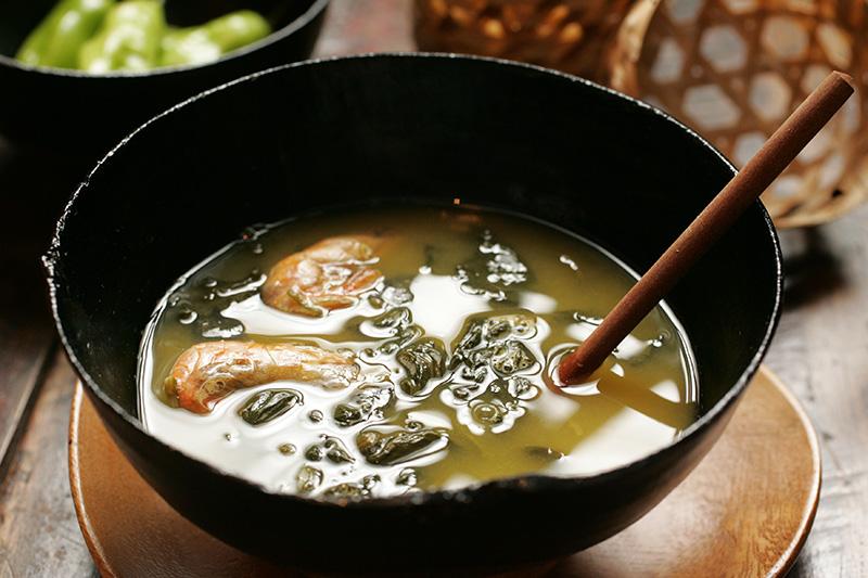 O tacacá: caldo típico do Pará à base de tucupi, camarão seco, jambu e goma de tapioca