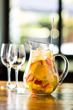 Para seis taças, a sangria mistura vinho branco, refrigerante cítrico, licor de laranja e frutas