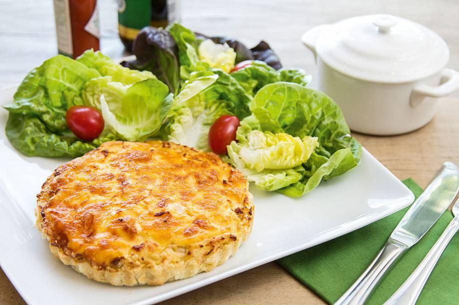 Torta de frango caipira desfiado com cream cheese, palmito e cenoura ralada