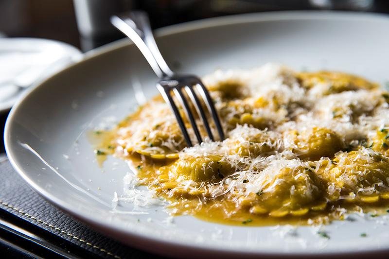 O tortelli di Minas vem recheado de galinha caipira e milho verde ao molho da ave assada, enriquecido com cachaça envelhecida e queijo da Serra da Canastra