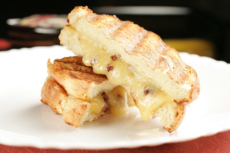 O tostex de queijo pode vir acrescido de pedacinhos de bacon