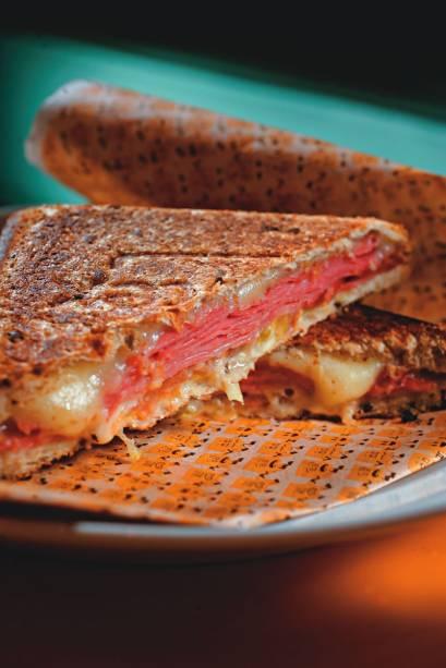 O sanduíche mercadão: queijo, mortadela e raspas de limão