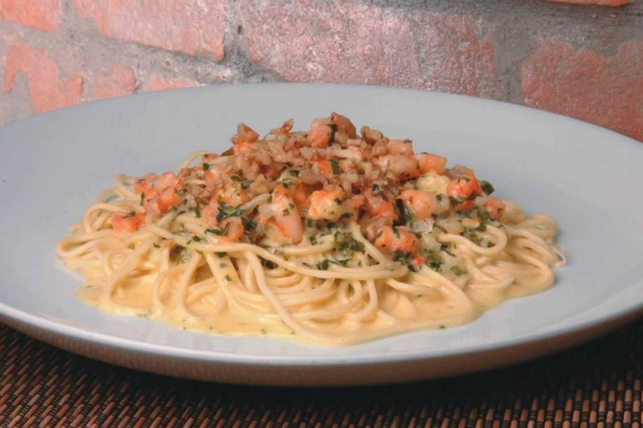 Especialidade do italiano Totò: tagliolini com abobrinha, camarão e tomate