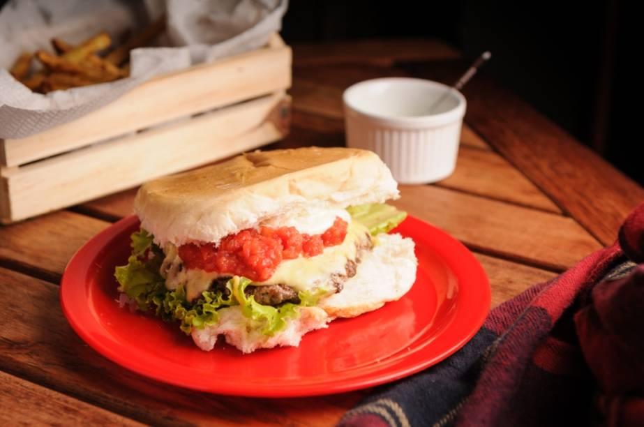 O ipiranga, prensado e acrescido de molho de tomate fresco, remete ao clássico Hambúrguer do Seu Oswaldo