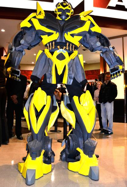 Robôs gigantes Transformers visitam shoppings e parques da cidade, como o Bumblebee
