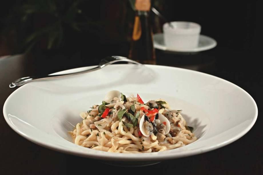 Pici fresco com vôngole, minilula e um toque de pimenta dedo-de-moça: no italiano Tre Bicchieri