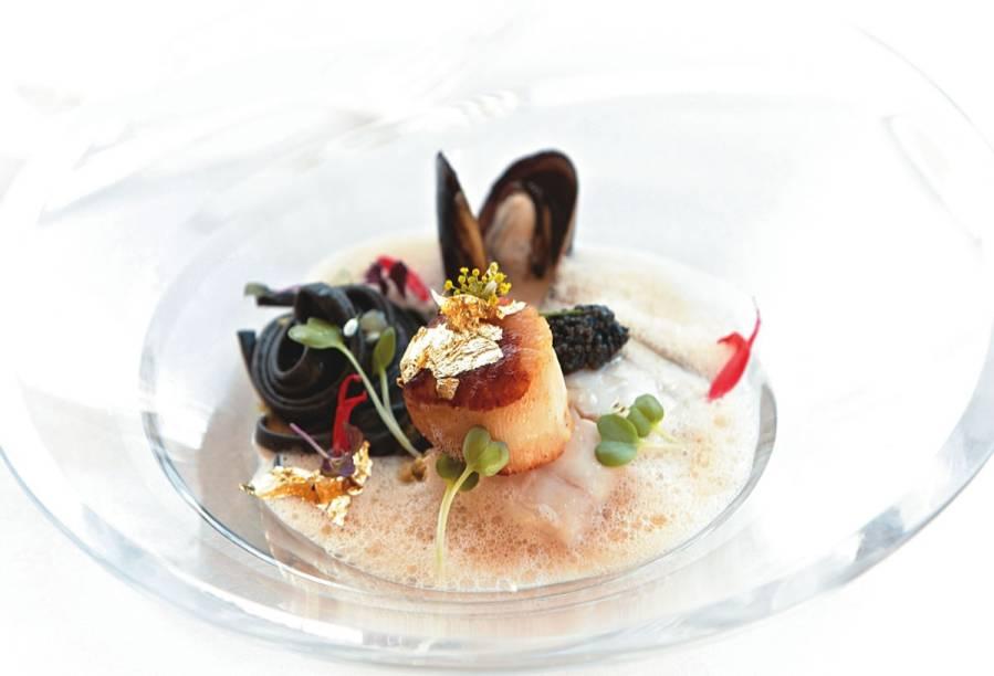 Robalo guarnecido de alho-poró, mexilhão, vieira e caviar osetra: receita do chef Benoît Sinthon