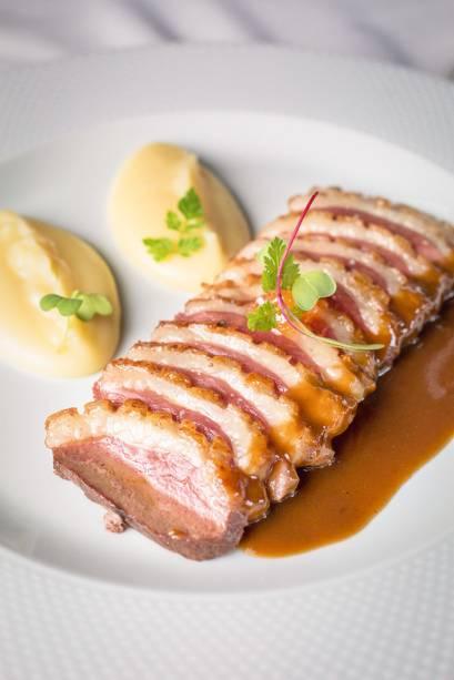 Peito de pato fatiado aomolho demi-glace e mostarda de Cremona
