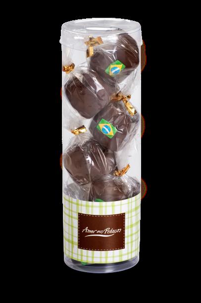 Copa do Mundo: tubo com minipães de mel ao licor de leite condensado, cobertos com chocolate ao leite e decorados com figuras de açúcar (R$ 30,00)