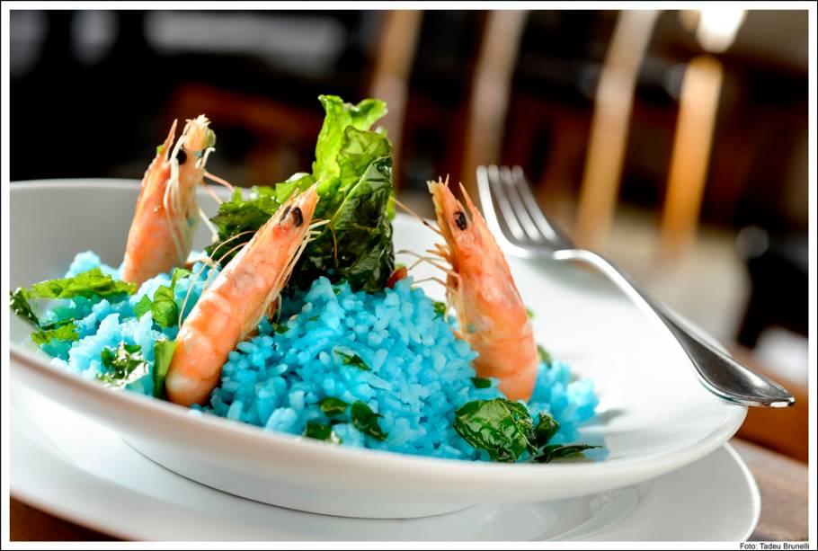 Receita de Lina Bo Bardi: arroz azul com camarão e chips de couve