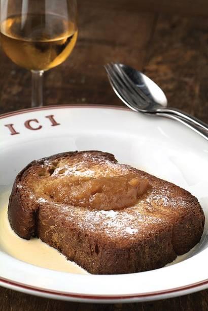Rabanada à francesa: calda de baunilha, coberta por purê de pera salpicado de açúcar de confeiteiro.