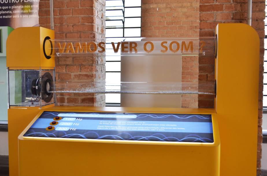 Vamos ver o som: experimento permite aos visitantes interagir com o clássico Tubo de Kundt e ver como as ondas sonoras interferem na matéria