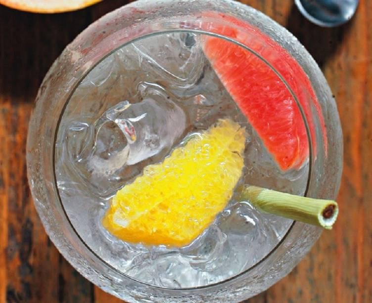 Gim-tônica, com gomos de grapefruit e laranja: combinação refrescante