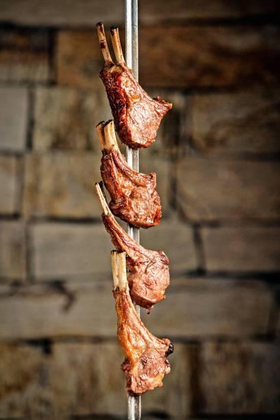 Carré de cordeiro: uma das melhores carnes do espeto corrido