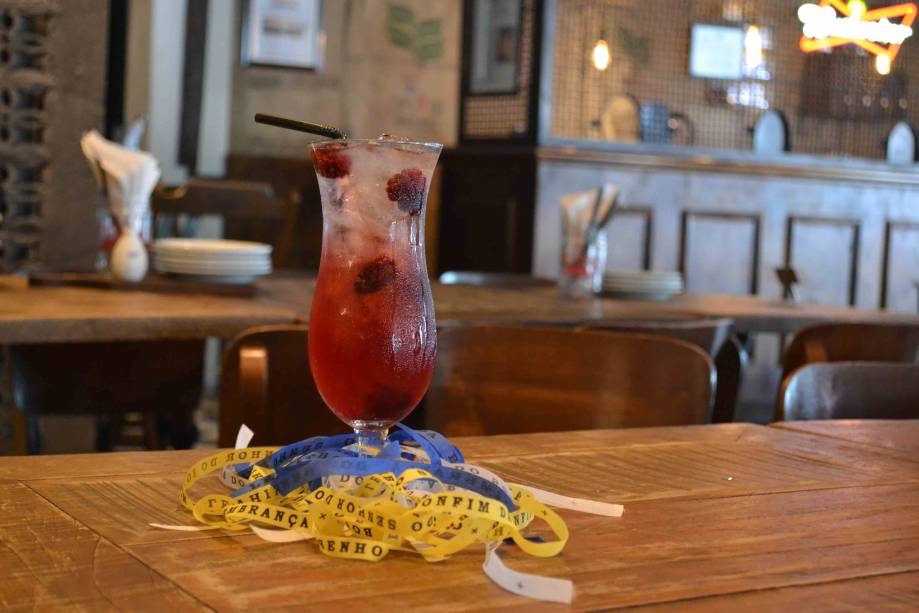Verão silvestre: coquetel é uma mistura de vodcao com infusão de hibisco, licor de cassis, xarope de rosas, suco de limão-siciliano e club soda.