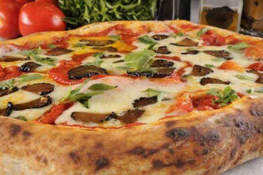 Pizza de de margherita com molho de tomate trufado e lascas de trufas negras, da Veridiana
